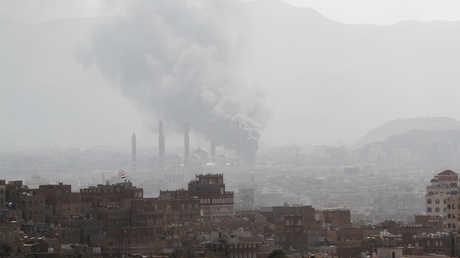 دخان يتصاعد من موقع مواجهات بين قوات الحوثيين وأنصار صالح في صنعاء