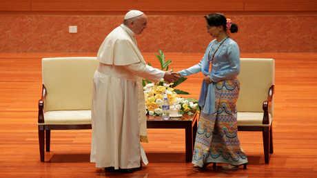 البابا فرنسيس ورئيسة حكومة ميانمار أونغ سان سو تشي