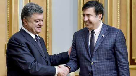 ساكاشفيلي: بوروشينكو يتناول نبيذا فاخرا مستوردا.. ويخطئ وهو صاح