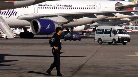 شرطي جزائري في مطار هواري بومدين