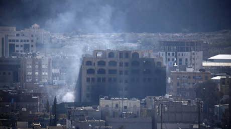 دخان يتصاعد من موقع مواجهات مسلحة بين الحوثيين وقوات صالح في صنعاء