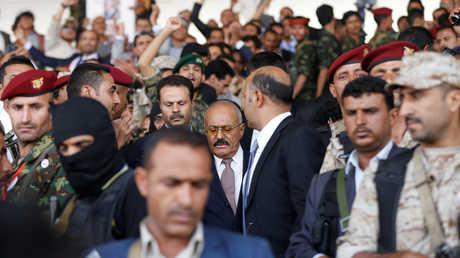 علي عبد الله صالح محاط بمرافقيه وأنصاره