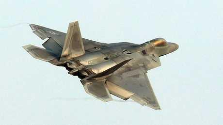 """طائرة أمريكية من طراز """"F-22 رابتور"""" الشبح تقلع  من قاعدة جوية كورية جنوبية في غوانغجو في 4 ديسمبر 2017"""