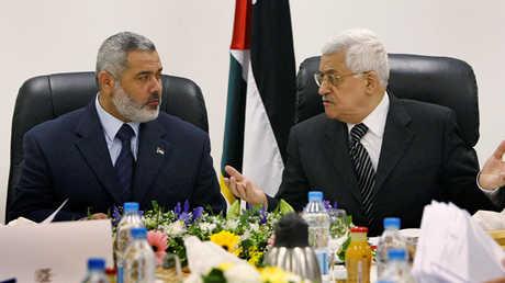 الرئيس الفلسطيني، محمود عباس، ورئيس المكتب السياسي لـ