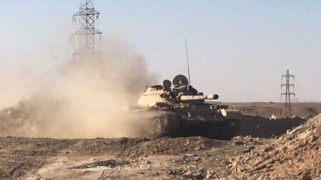 دبابة من القوات السورية في دير الزور