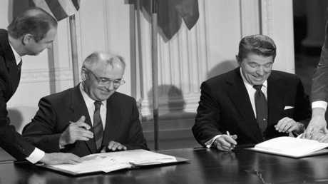 الرئيسان الأمريكي رونالد ريغان والسوفيتي ميخائيل غورباتشوف يوقعان معاهدة حظر الصواريخ المتوسطة وقصيرة المدى في أوروبا