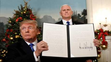 الرئيس الأمريكي دونالد ترامب يحمل قرار الاعتراف بالقدس عاصمة لإسرائيل