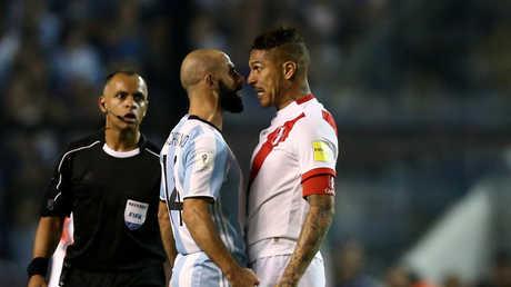 لاعب البيرو باولو جيريرو وخافيير ماسكيرانو
