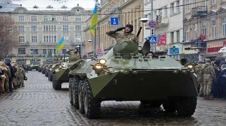 أرشيف - وحدات من الجيش الأوكراني أثناء عرض عسكري