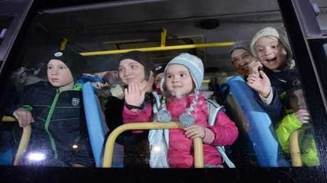 أطفال ونساء عائدون من سوريا في مطار غروزني عاصمة الشيشان الروسية