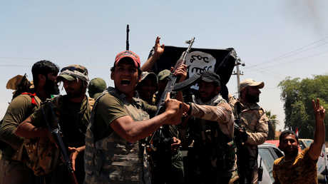 """القوات العراقية تحتفل بإنزال راية """"داعش"""" في إحدى المناطق"""