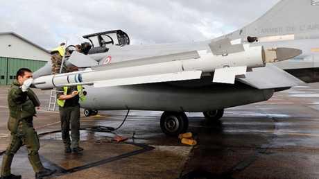 جنود فرنسيون يعدون مقاتلة من طراز