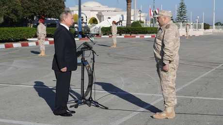 الرئيس فلاديمير بوتين يتفقد القوات الروسية في قاعدة حميميم على الساحل السوري