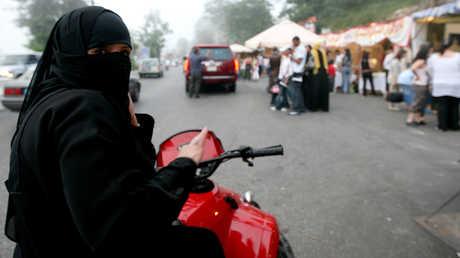 امرأة سعودية تقود دراجة نارية