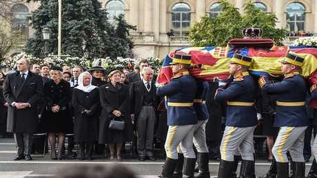 الآلاف في رومانيا يشيعون جثمان الملك السابق ميخائيل