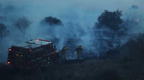 فرق الإطفاء تحاول السيطرة على حرائق الغابات في كاليفورنيا