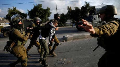 الجيش الإسرائيلي يعتقل شابا فلسطينيا