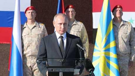 الرئيس الروسي فلاديمير بوتين أثناء زيارته لقاعدة حميميم في سوريا في 11 ديسمبر/كانون الأول 2017