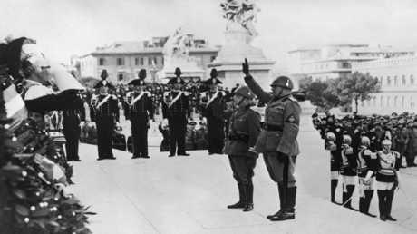 أرشيف - موسوليني والملك فيكتور ايمانويل الثالث خلال الاحتفال بيوم النصر في نوفمبر 1938 في روما