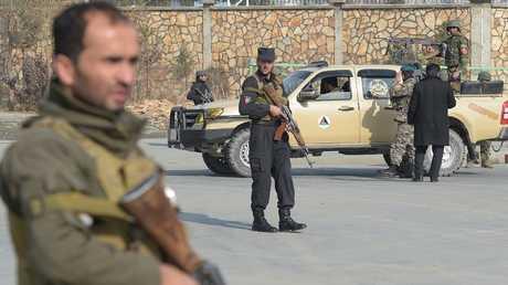 قوات الأمن الأفغانية بمكان الهجوم في كابول، اليوم الاثنين