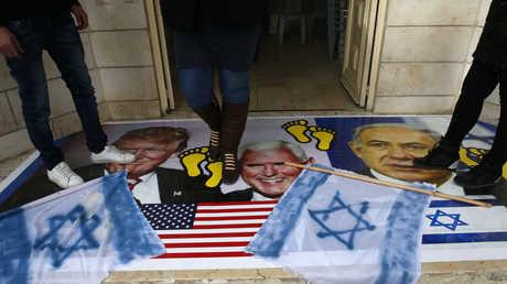 محتجون في القدس يدسون صورة للرئيس الأمريكي، دونالد ترامب، ونائبه، مايكل بينس