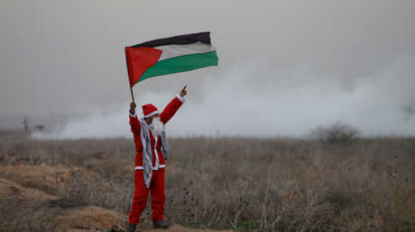 شاب فلسطيني يرتدي ثياب بابا نويل في غزة