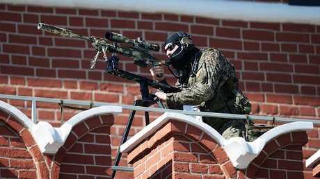 أحد القناصين على أسوار الكرملين يراقب الساحة الحمراء خلال أحد العروض العسكرية