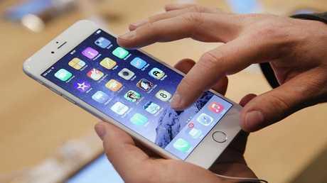 آبل تعترف بإبطاء هواتف المستخدمين دون علمهم
