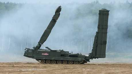 """إحدى عربات بطارية """"إس-300"""" خلال مناورات عسكرية في روسيا"""