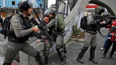 قوات الأمن الإسرائيلي تعتقل مواطنين في القدس