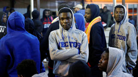 مهاجرون أفارقة بانتظار ترحيلهم الطوعي من مطار معيتيقة في ليبيا
