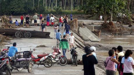 جسر دمرته فيضانات جنوب الفلبين