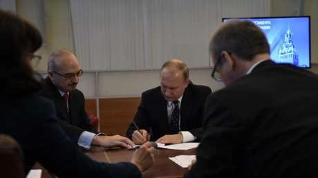 بوتين يرفع أوراق ترشّحه لانتخابات الرئاسة إلى لجنة الانتخابات الروسية