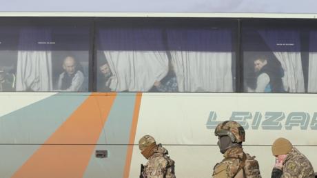 عناصر الجيش الأوكراني يشرفون على عملية تبادل الأسرى مع جمهوريتي دونيتسك ولوغانسك