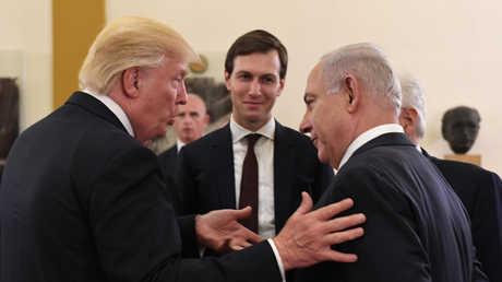 رئيس الوزراء الإسرائيلي، بنيامين نتنياهو، والرئيس الأمريكي، دونالد ترامب، يتحدثان بحضور مستشار البيت الأبيض، جاريد كوشنير (القدس، 22مايو/أيار).