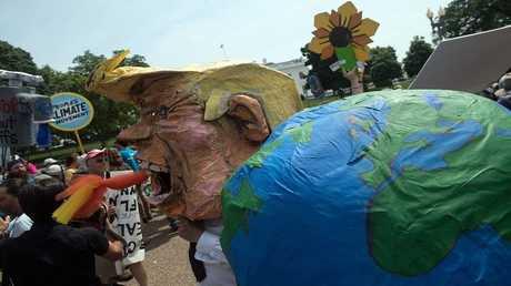 أرشيف - احتجاجات مناهضة لسياسة ترامب حول المناخ أمام البيت الأبيض