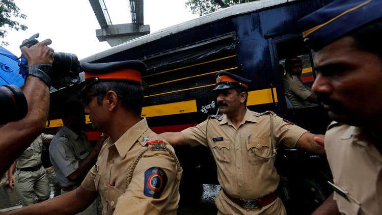 هندي يقتل 6 أشخاص بقضيب معدني
