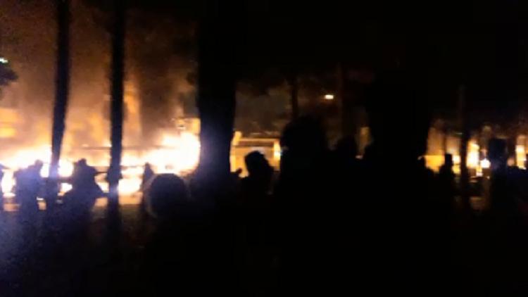 محتجون إيرانيون يضرمون النار في مقر للباسيج في أصفهان