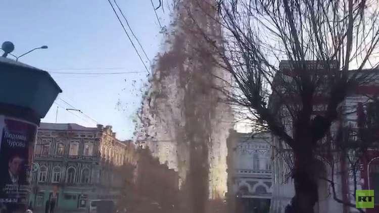 ظهور نافورة وسط ساراتوف الروسية جراء خلل في خط الماء البارد