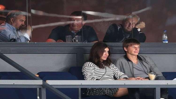 طرد زوجة رياضي روسي شهير من طائرة قبيل إقلاعها!