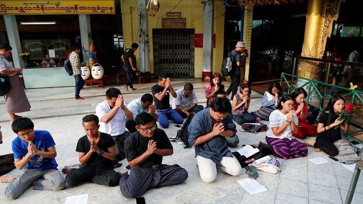 أصدقاء صحفي محتجز في ميانمار يصلون لحريته