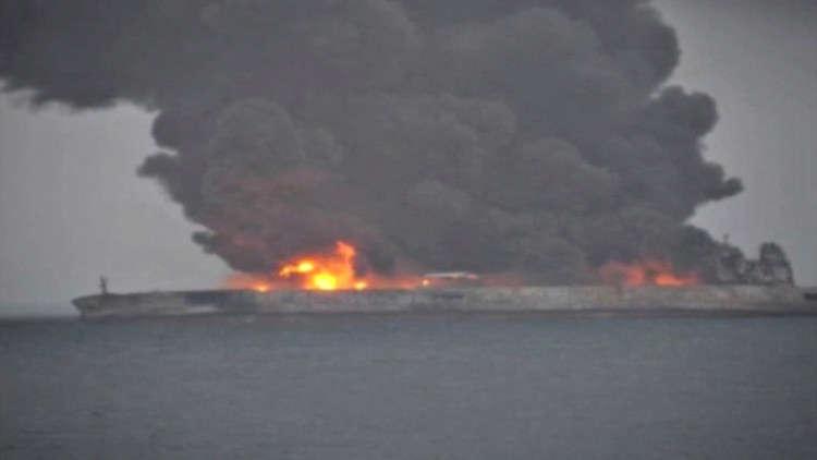ناقلة النفط الإيرانية المشتعلة قد تنفجر وسط تحذيرات من كارثة مرتقبة
