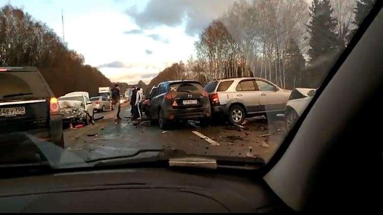 حادث ضخم بمشاركة أكثر من 12 سيارة بسبب الجليد غربي روسيا