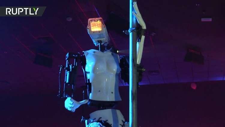 روبوت يرقص الستربتيز في ناد ليلي فرنسي