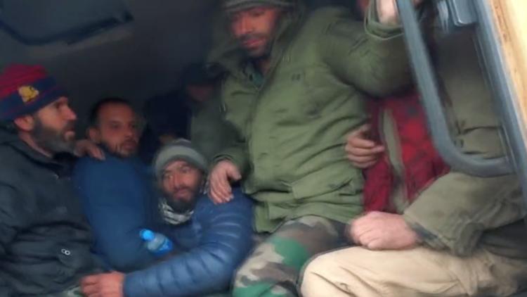 مجموعة إرهابية مسلحة تنشر فيديو لأسر جنود سوريين في إدلب