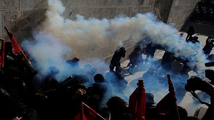 اليونان.. الشرطة تفرق محتجين على إجراءات التقشف