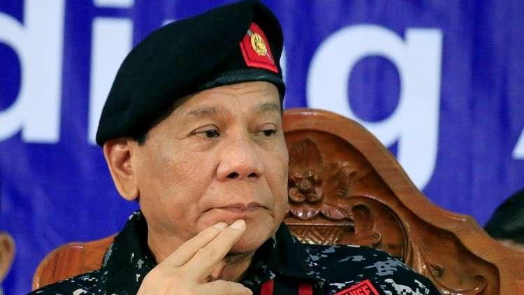 رئيس الفلبين يكشف سبب مضغه للعلكة باستمرار (فيديو)
