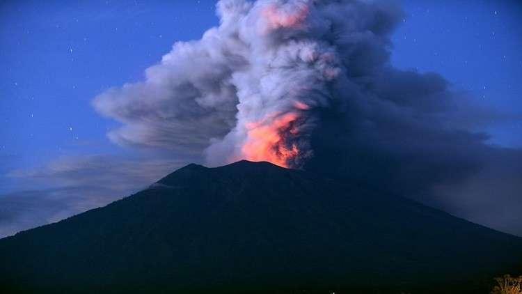 شاهد لحظة ثوران بركان أغونغ الإندونيسي