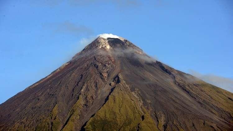فرار الآلاف قبل ثوران بركان ارتفاعه 2500 متر في الفلبين