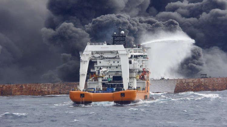 كارثة بيئية بسبب ناقلة النفط الإيرانية المنكوبة